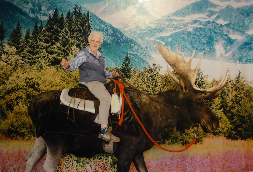 P1050698 Pat on moose